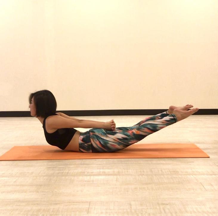 姿勢改善に効果的なヨガポーズ5選 ~「バッタのポーズ」で背中の筋肉を鍛えて美姿勢に!~