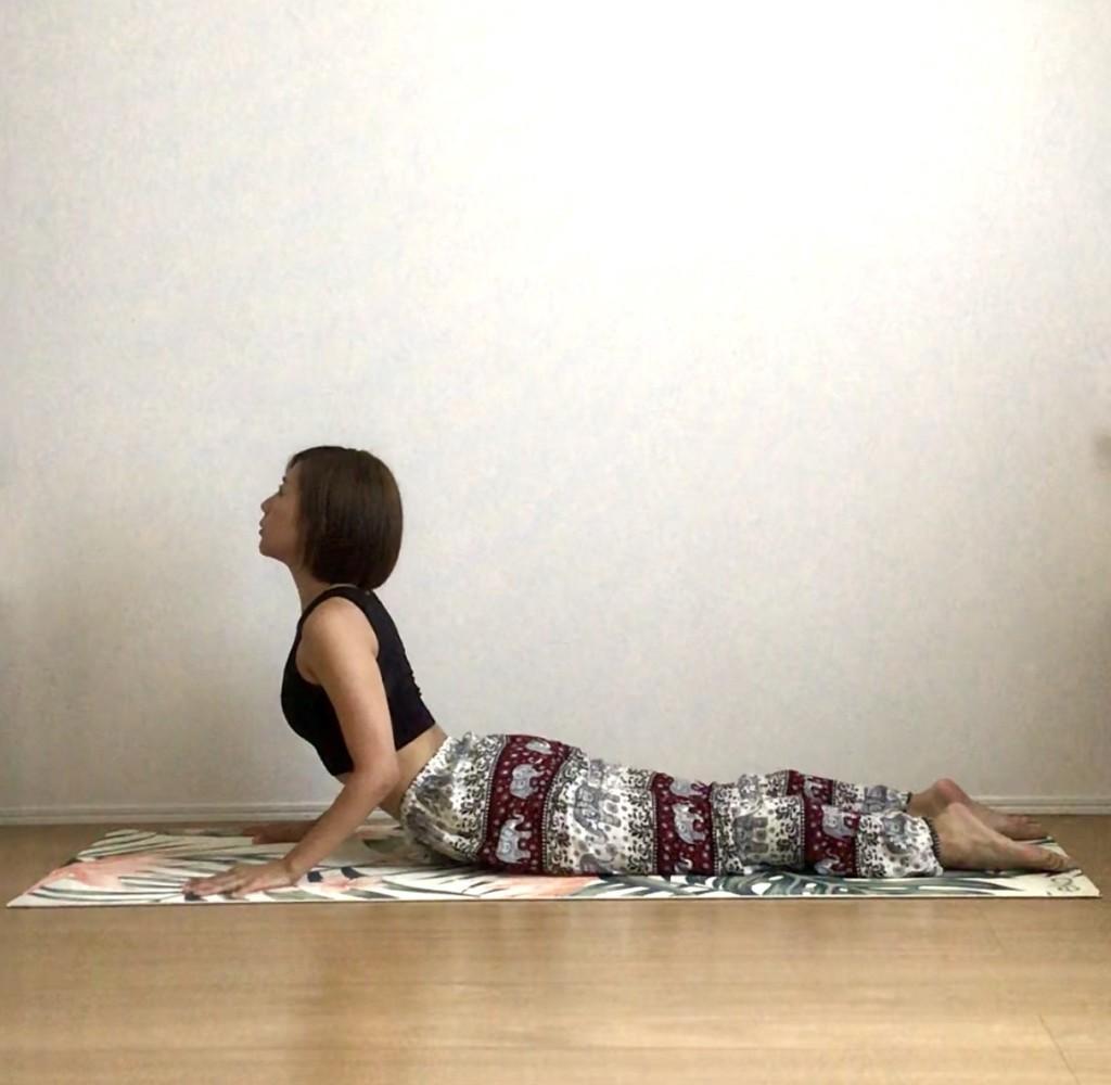 食欲不振を改善するヨガポーズ5選 ~「コブラのポーズ」なら、床を使って内臓を活性化できる!~